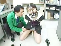 Мужик издевается над связанной школьницей