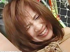 Крошка японка лежит голая и связанная веревкой и терпит жестокий БДСМ трах.