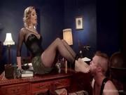 Черри Торн в черном платье и чулках изголяется над Майком Пеником, трахая парня
